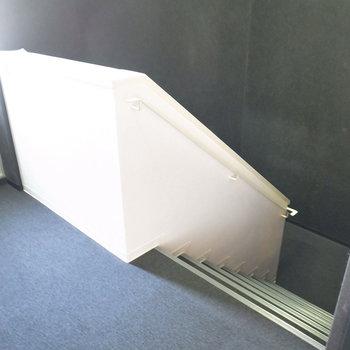 【共用部】お部屋までは階段で。黒色で覆われててかっこいい。