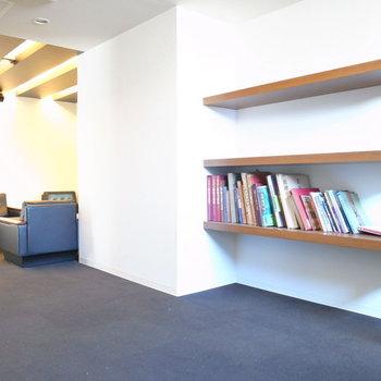 【共用部】エントランスはゆったりできる空間!美術書が置かれています。