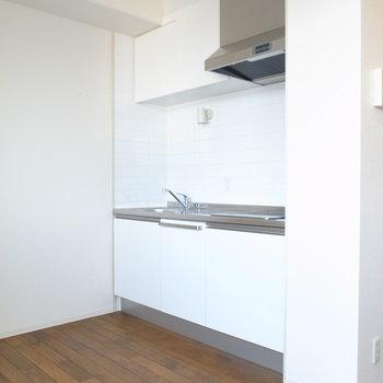 キッチンも、白とシルバーでシンプルに。