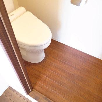 トイレも木目があざやかで落ち着きのある空間。