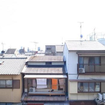 住宅地の景色は視線もほとんど気になりません。広い空も見えますよ。