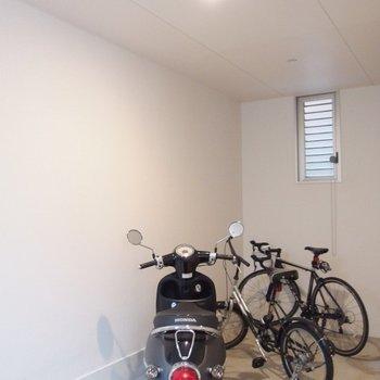 駐輪場は建物内。自転車が濡れないのは嬉しい。