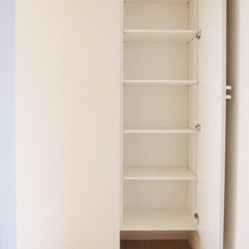 ゆったりできる玄関と大きめの靴箱。