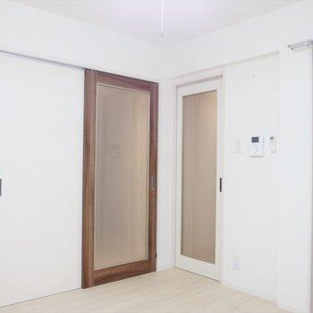 フローリングのぬくもりが活きる真っ白なお部屋。