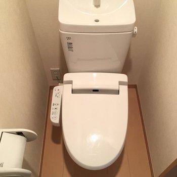 トイレは2階に。ウォシュレット付きです。