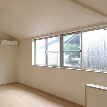 横長の窓で開放感があります。