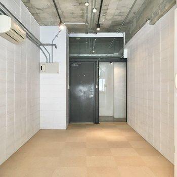 白とグレーのコントラストが効いた、都会的な内装。