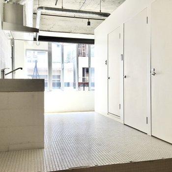 キッチンの向こうに、別のスペースがあります。