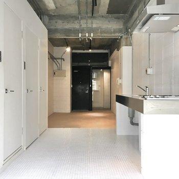 お部屋中央には水回りの設備が一通り揃っています。