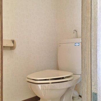 トイレはシンプル(※写真は1階の反転間取り別部屋のものです)