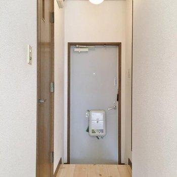 玄関は段差高め。ころんと球体の照明がかわいい。(※写真は1階の反転間取り別部屋のものです)