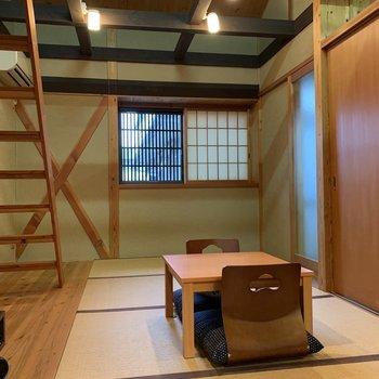 【和室】ところどころ砂壁が用いられています。色合いがさりげないアクセントカラーに。