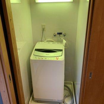 洋室に洗濯機があります。扉付きなのが嬉しい。