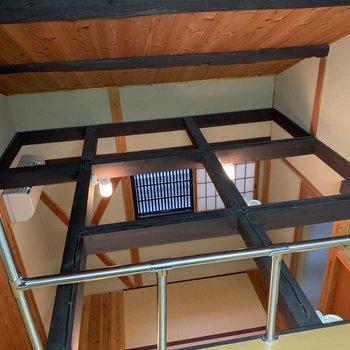 ロフトからの眺め。組み木がお部屋の開放感を演出。