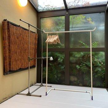 【坪庭】洋室の半透明の扉を開けると、こんな場所がありました。