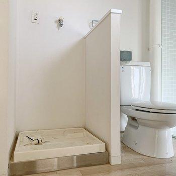 サニタリーも個性的。洗濯機をトイレは同空間に。(※写真はクリーニング前のものです)