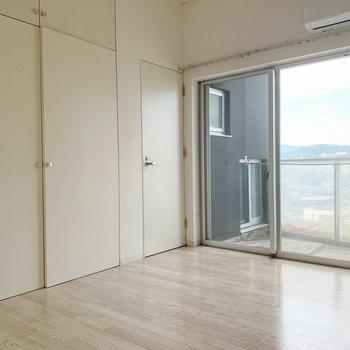 真っ白の空間に、窓から見える空模様が癒やし◯