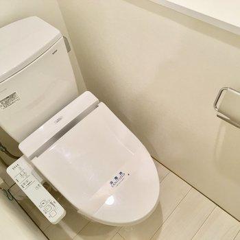 入って正面にトイレ。ウォシュレット付きです。※写真は2階の同間取り別部屋のものです