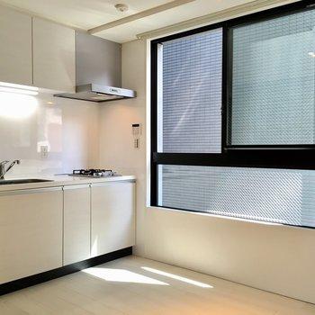 【LDK】キッチンに横には大きな窓。気持ちよく料理を。※写真は2階の同間取り別部屋のものです