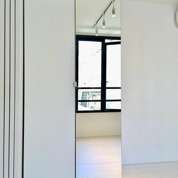 【寝室】クローゼットには全身鏡付き。※写真は2階の同間取り別部屋のものです