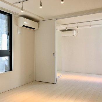 エアコンは2台備え付け。これうれしい〜※写真は2階の同間取り別部屋のものです