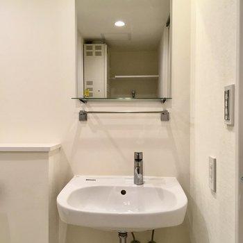 入って右に洗面台。シンプルでステキ。※写真は2階の同間取り別部屋のものです