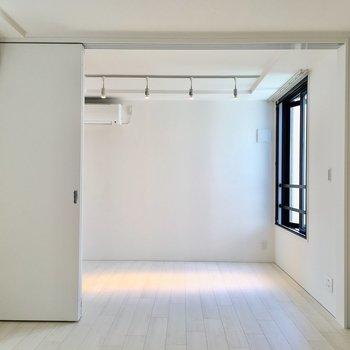居室に入ると…奥が寝室です。※写真は2階の同間取り別部屋のものです