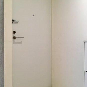 玄関へ。※写真は2階の同間取り別部屋のものです