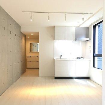 奥側から見ると…一部コンクリ壁です。※写真は2階の同間取り別部屋のものです