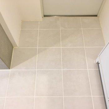 床は段差がなくフラットです。※写真は2階の同間取り別部屋のものです