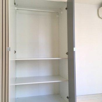 【寝室】棚板は高さを変えられます。※写真は2階の同間取り別部屋のものです