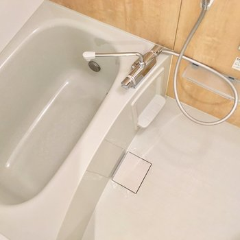 追い焚きと浴室乾燥器付き。設備がうれしいんだ。※写真は2階の同間取り別部屋のものです