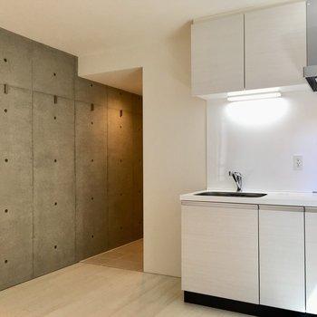 【LDK】コンクリの壁が部屋を引き締めます。※写真は2階の同間取り別部屋のものです