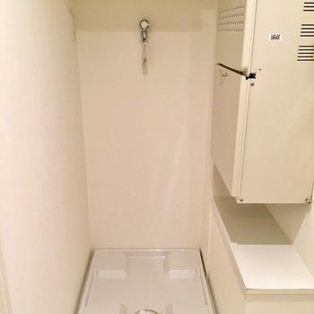 入って左に洗濯機置場。棚に洗剤など置けますね。※写真は2階の同間取り別部屋のものです