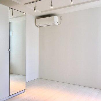 【寝室】引き戸は開けたままでも。※写真は2階の同間取り別部屋のものです