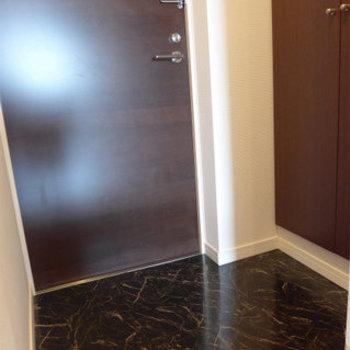 玄関にシューズボックスあります。大人な色。(※写真は12階同間取り別部屋のものです)