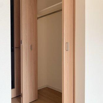 ハンガーポール付きだから丈の長い服も掛けられる!※写真は4階の反転間取り別部屋のものです