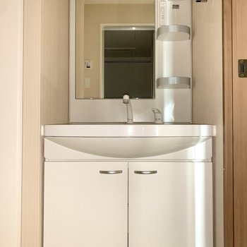 鏡の横に洗顔料や歯ブラシが置けますね。※写真は4階の反転間取り別部屋のものです