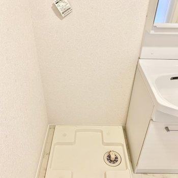 隣に洗濯機置けます。上部に棚付き。(※写真は2階の同間取り別部屋のものです)