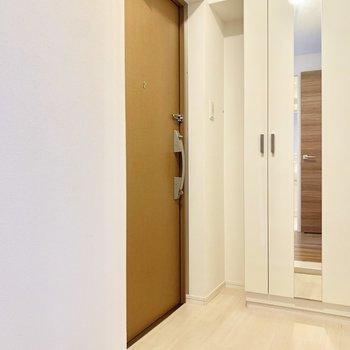 シューズも並べておける、ゆったり玄関。(※写真は2階の同間取り別部屋のものです)