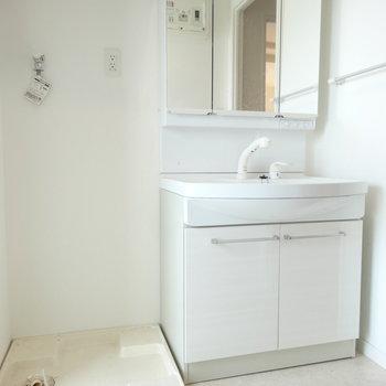 大きめ洗面台が嬉しい。(※写真は8階の同間取り別部屋のものです)