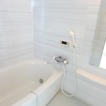 ペールグレーがおしゃれな浴室。浴槽も広くてゆったり長風呂しちゃいそう。(※写真は8階の同間取り別部屋のものです)