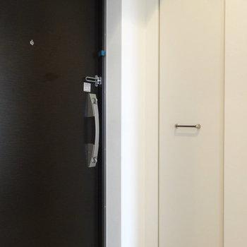 玄関には気の利いた収納つき。(※写真は8階の同間取り別部屋のものです)