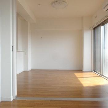 LDKと洋室は引き戸で仕切られます。(※写真は8階の同間取り別部屋のものです)