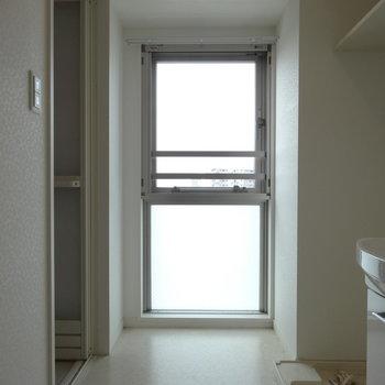 水回りにもこんなに大きな窓がありました。(※写真は8階の同間取り別部屋のものです)