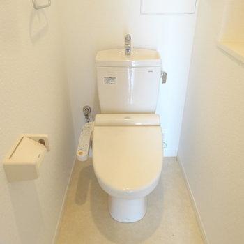 トイレはシンプルです。(※写真は8階の同間取り別部屋のものです)