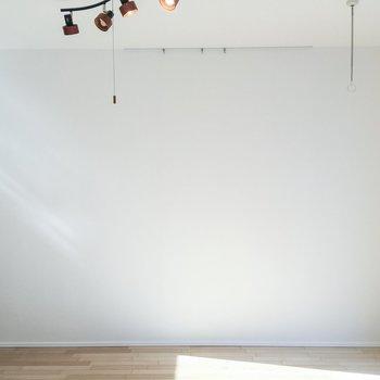 室内干しが可能ですね。ピクチャーレールで、ちょっとした模様替えもできちゃいます。※写真は前回募集時のものです