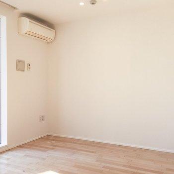ベッドはこちらの壁沿いに置けますね、120×300くらいのスペースがあります。※写真は前回募集時のものです