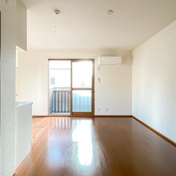 約10帖のLDKは正方形で家具の配置がしやすい。ソファを置くなら窓の右かな。
