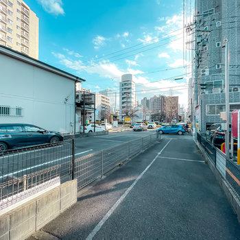 道路側には普通の駐車場も。駅前の大通りが見えるほどの駅チカ立地です!